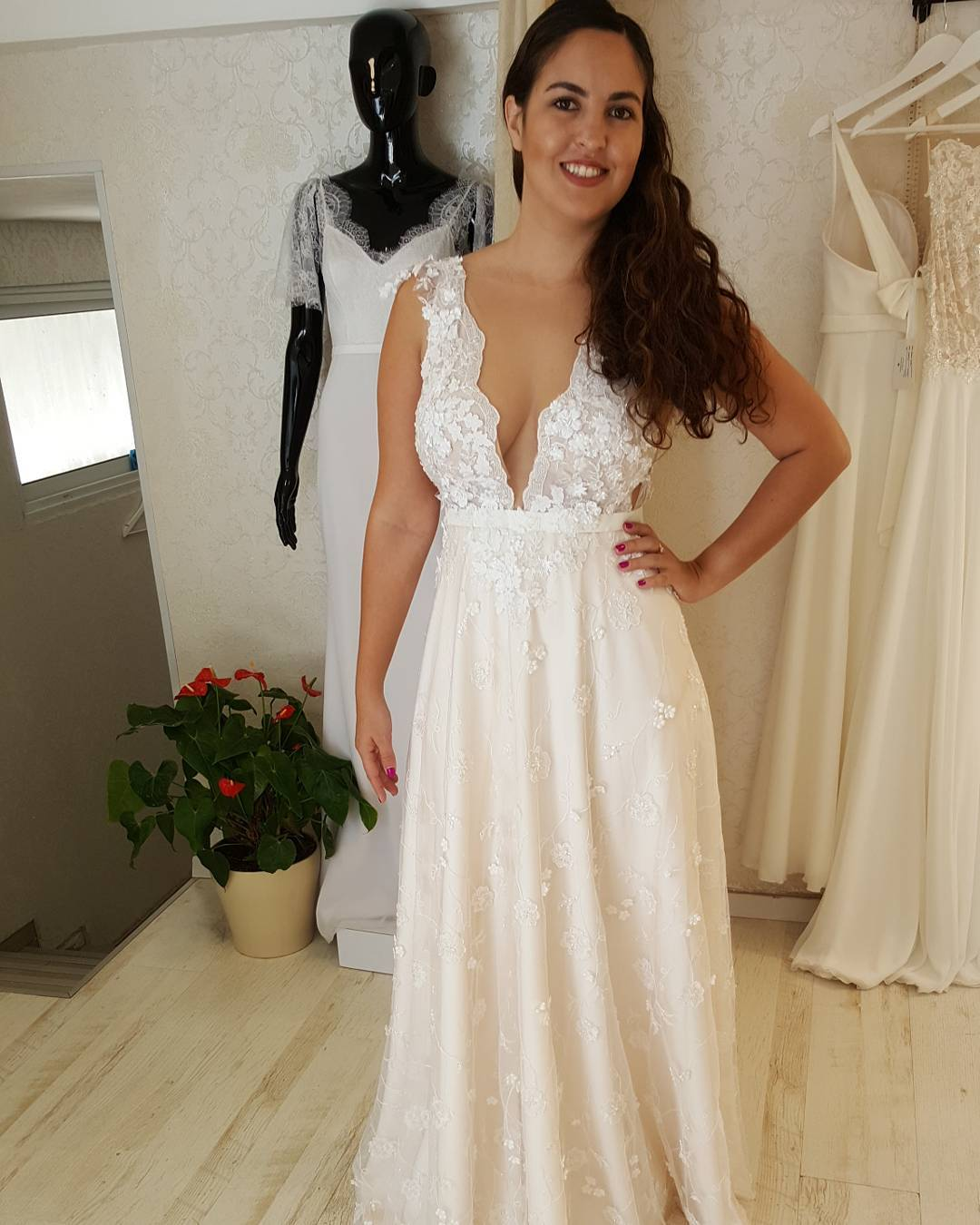 Bridal Blogger Wedding Dress Shopping For Plus Size: Deep V-neck Wedding Gowns For Curvy Plus Size